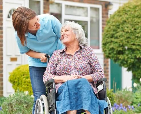 Freddo e anziani: come proteggerli e badante