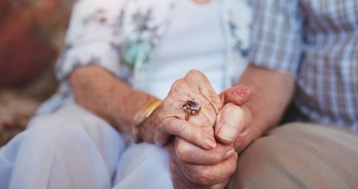 coppia di anziani assistenza domiciliare lombardia